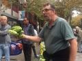 Notre guide Donatien nous montre les différents fruits et légumes d'Asie