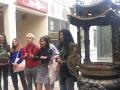 Devant l'entrée du temple